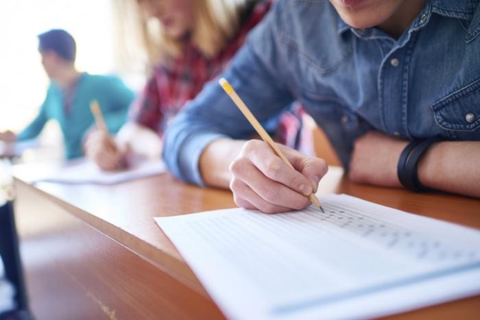 Mơ thấy bạn học cũ đang phải làm bài kiểm tra cho thấy bạn sắp có một niềm vui bất ngờ
